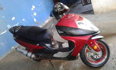 Vendo moto automatica, muy buenas condiciones motor nuevo