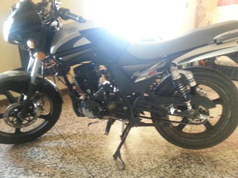 vendo moto UM año 2009