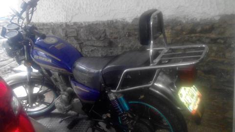 Se vende moto con motor nuevo y accesorios a buen precio